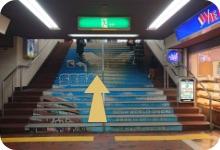 ビル内の通路を進み階段を上ります。(駅ビルRaRaの営業時間中は中のエスカレーターをご利用できます)