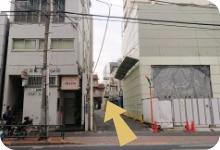 右手方向に「ココカラファイン」が見えたらその前の横断歩道を渡り,大田山王郵便局の建物の脇の道をまっすぐ進みます。